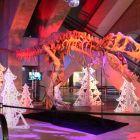 kostra dinosaura v životnej velkosti pri vstupe do kina
